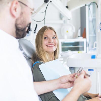كيف أستفيد من طبيب الأسنان عن طريق الاستشارة عن بعد؟